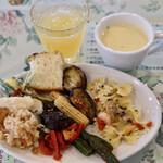 キャナリィ・ロウ - サラダバーと冷静スープとドリンク