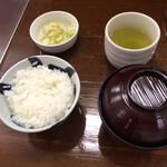 とんかつ 椿 - ご飯 小盛り(200円)と赤だし なめこ(320円)