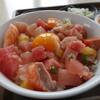 メフレ市場食堂 - 料理写真:市場丼(¥600税込み)料理一品/味噌汁き/お新香付き(料理一品は選べます)丼は鮪/サーモン/ビンチョウ/鰤/沢庵/卵黄