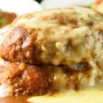 いずみバーグ - 料理写真:メガバーグカリー_ダブルチーズトッピングのハンバーグの厚みを見せている写真.
