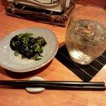 刻の遊 - お通しの茄子煮浸しで乾杯!