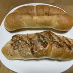 塩パン屋 パン・メゾン - 上 : ツナ、  下 : カレーコロッケ