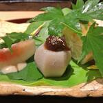 158311461 - 伊達鶏の棒寿司 + 石川芋の赤味噌 + 無花果の胡麻クリームがけ(アップ)
