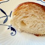 トリュフベーカリー - 白トリュフの塩パンの断面