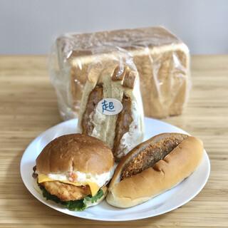 アサカベーカリー - 料理写真:若鶏香り揚(292円)、超海老カツ(324円)、肉みそカツ(206円)、上食パン(375円)
