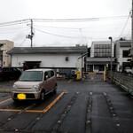 158325974 - お店の裏側の民間駐車場がお店の駐車場