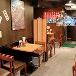 熊本ラーメン ひごもんず - 入口から見渡した店内。