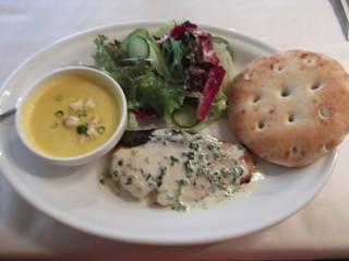 バンボッシュ・ド・ヤマ - 本日おすすめランチは、鮭のムニエル。かぼちゃのスープとパンです~。