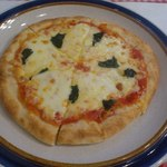 Dino - モッツァレラチーズとバジリコ・トマトソースのピザ