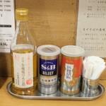 つけめん 桜坂 - 調味料。リンゴ酢あり