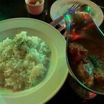 クロコダイル - その日の特製カレー@1000円   本日はチキンカレー!鶏肉がゴロッゴロ入って食べ応え満点!辛くなくマイルドでグー!