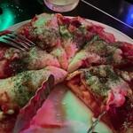 クロコダイル - ベーコンとサラミのピッツァ@1500円  薄くもなく厚くもないクリスピーな生地にたっぷりトマトソースが塗られて美味しい♪