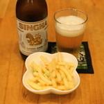 プアンタイ - 2012.11 シンハービール(330ml650円)、お通しのスナック菓子