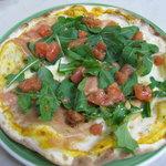 イタリア食堂 ピエーナ - パルマ産生ハムと自家栽培のルーコラのピッツァ