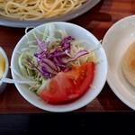 me. - ランチのサラダ、パン、デザート