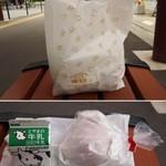 PAIN D'OR - 史上最強のチーズバーガー 294円をテイクアウトして富山駅のバス停のベンチでいただきました。