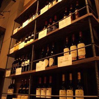 こだわりのスペインワイン、常時30種
