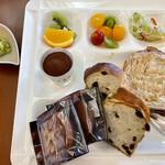 仙台国際ホテル - パンと焼き菓子は、みんなの分です(^-^; 左中段 ティラミス、左ずんだ餅