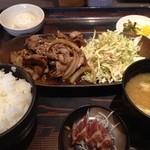 福岡焼き鳥 鮮笑 - 豚しょうが焼き定食…いただきまーす!鰹のたたきが付くのがうれしい。小さいけど…(^^