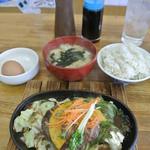 15844316 - ハンバーグ定食@630円。奥の容器は甘タレと玉子ご飯用のタレです。