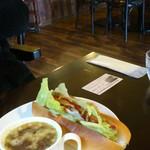 ドイツのコーヒー屋さん - ホットドックとオニオンスープ
