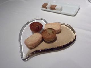 オーグードゥジュール ヌーヴェルエール - 2012年11月小菓子は食べきれず、持ち帰りました♪