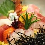 湾岸食堂 - ランチの大人気メニュー「海鮮丼」