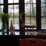 パンカーラ - 店内には南米の小物や楽器が飾ってあります