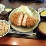 とんかつ 藤よし - 「米の娘ぶたロースかつ定食」(180g) カップに入っているのはドリンクバーのスープ