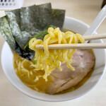 町田家 - 家系御用達の酒井製麺製の中太平打ち麺