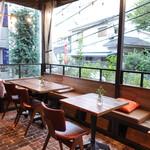 BISTRO TORICOYA - 風通しの良いテーブル・・