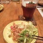 15855853 - キルケニ―も飲み放題OK!&サラダ。
