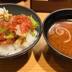 天下の台所大起水産 さしみと寿司の店 - ミニユッケ丼&赤だし