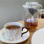 ル・ショコラ・アラン・デュカス 六本木 - アールグレイ フランスに本社を置く〝KUSMI TEA〟の茶葉です。 1867年サンクト・ペテルブルク(ロシア)で設立された154年の歴史あるティーメゾン。 ロシア革命時にパリに移転したようです。