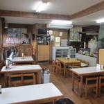 加福食堂 - 店内はこれぞ食堂といった昔ながらの造りでどこかほっとする気持ちになります。