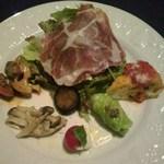 15857183 - 前菜・豚の首肉の生ハム、カプレーゼ、きのこのアーリオオーリオ、アンチョビキャベツ