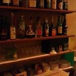 お好み焼き&バー ソース - 店内にはたくさんのお酒が♪