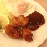 Minekurabumiyaki - 本日の唐揚げダイエットランチは日本橋のハンバーグ唐揚げセット。             どっちも業務用冷凍食品と思われる。