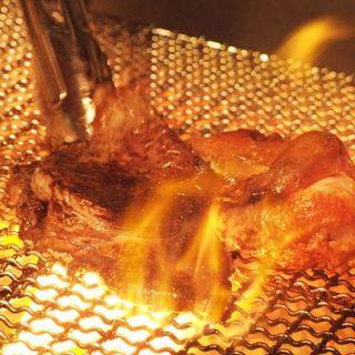 豪快な炭火焼きで、肉感たっぷりジューシーな塊肉を堪能!