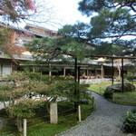嵯峨野 - 綺麗に手入れされた庭園