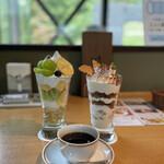 まほろば珈琲 - シャインマスカットパフェとブレンドコーヒーのセットは1640円  ティラミスパフェは単品で800円
