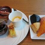 158628804 - パンかわい~♪むっちりした食感でやさしい甘さのパンで味もおいしかった。デザートはこの5種類
