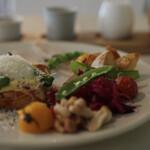 45 - ブリオッシュとベーコンのエッグベネディクト 夏野菜のブランチ