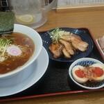 中華そば 表があれば裏もある - 料理写真:秋刀魚煮干しそば、炙りチャシュは、トレーに載せれません(笑)は