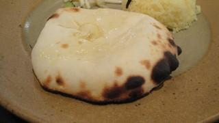 カイバル - この厚さ。焼きたてのチーズクルチャ。