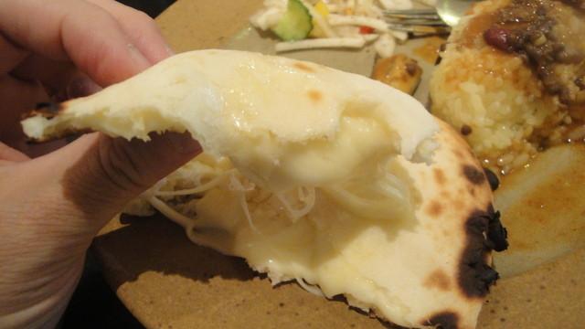 カイバル - 中にはとろっとろのチーズがたっぷり