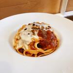 トレーロ タケウチ - A 自家製卵手打麺タリアテッレ軟骨入りサルシッチャとほうれん草とトマトソースコンテチーズフォンデュがけ