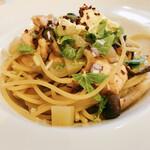 トレーロ タケウチ - B スパゲティ 軽く燻製したサーモンと木の子のアンチョビオイルソース オレンジサワークリームのっけ