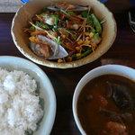 海辺の生活 - 海鮮サラダとナスとキノコのカレー