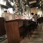 炭火ホルモン焼肉ばりき屋 - 対面キッチンのカウンター席